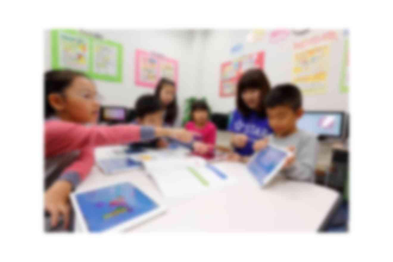 お互いに自分の作品を見せ合うなど生徒参加型の授業スタイルも心掛けています
