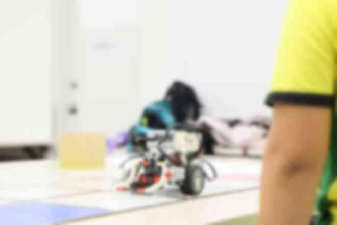 フィールド内を動かしながらロボットの動きを試行錯誤します。