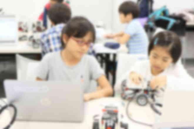 隣の友達と教え合いながらプログラミング。