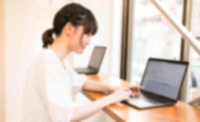 最新のMacまたはWindowsパソコンを設置。