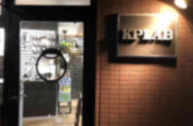 入口の目印は扉に描かれたカエル