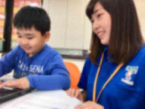 レッスンは少人数制で先生と楽しくお話ししながらレッスンを進めます。