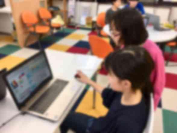生徒同士で相談しあいながらプログラミングを進めています。