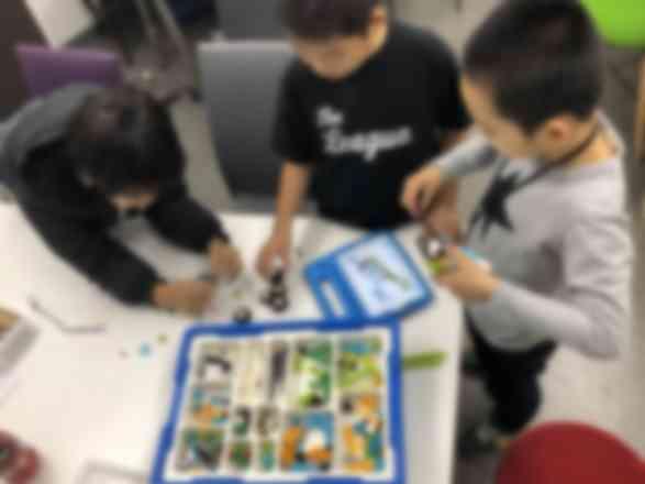 みんなで仲良くロボットを組み立てています!!
