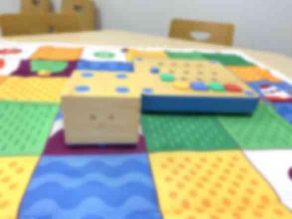 幼児はキュベットを使って木の玩具でプログラミングを学びます