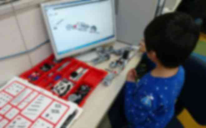 教育版レゴ®マインドストーム®でロボットを作っています。