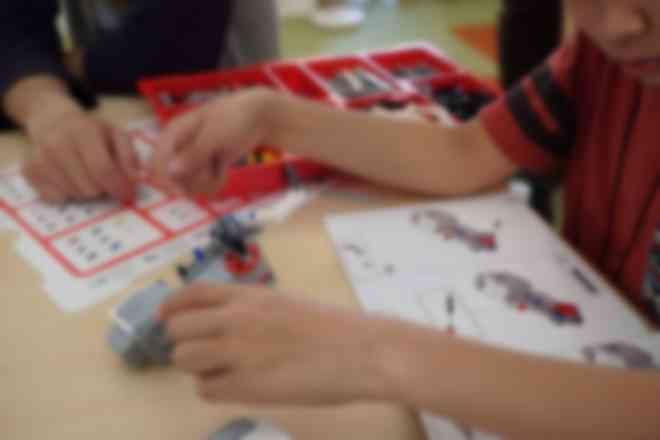ロボットを組み立て、プログラミングを行います