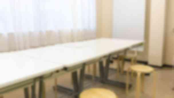 みんなで一つの机に集まり、楽しく勉強。(荻窪本校)