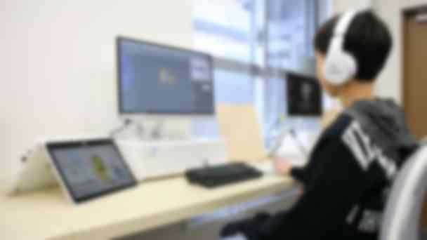 左のタブレットで動画を見ながら、右側のモニターで操作します。