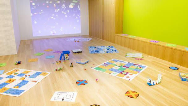 子どもが広々と遊んで学べる木質感たっぷりの空間