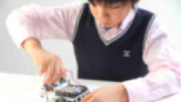 ロボットを組み立てる子ども
