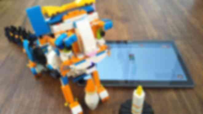 レゴを組み立てて、タブレットでプログラミングを行い、通信し、動かします