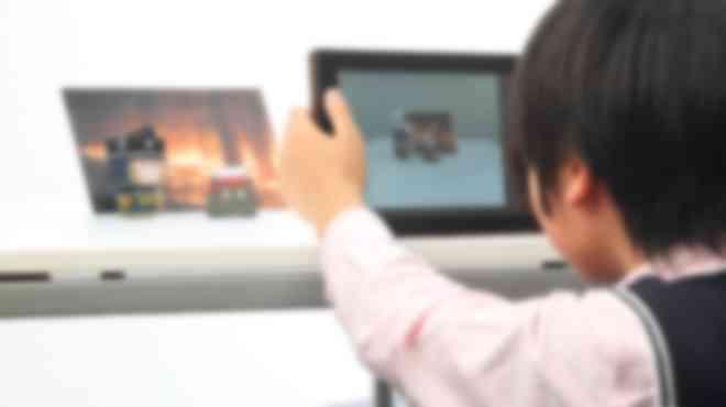 作品を写真に撮る子ども