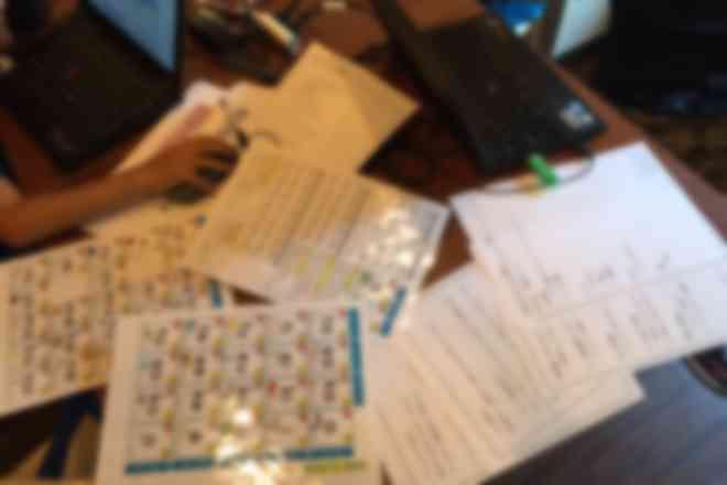 小学生が設計書を書きながらスクラッチでゲーム作りをしている様子