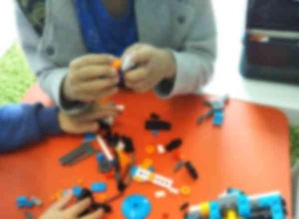 どんなロボットになるかな?レゴを組み立てています