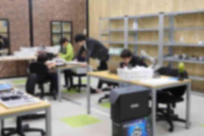 教室はガレージをイメージした落ち着いた内装