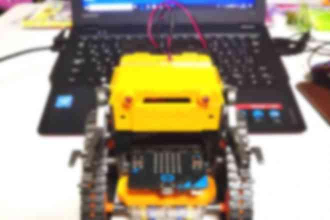 教材で使用するロボットです。無線ラジコンで走るよ!