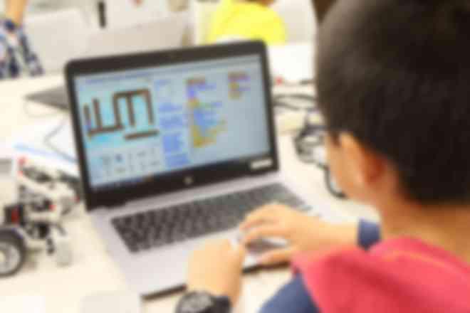 授業前半はパソコンを使ってのプログラミング、後半はロボットプログラミングを学びます。