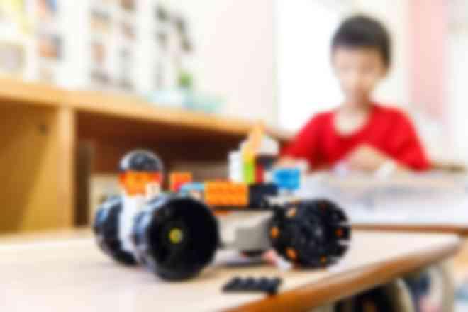 小学校低学年はレゴを使って実体験を伴う学びも行います