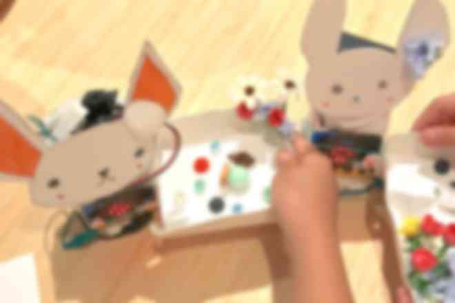 女の子にも人気のデジタルペット。お菓子を近づけると喜びます。