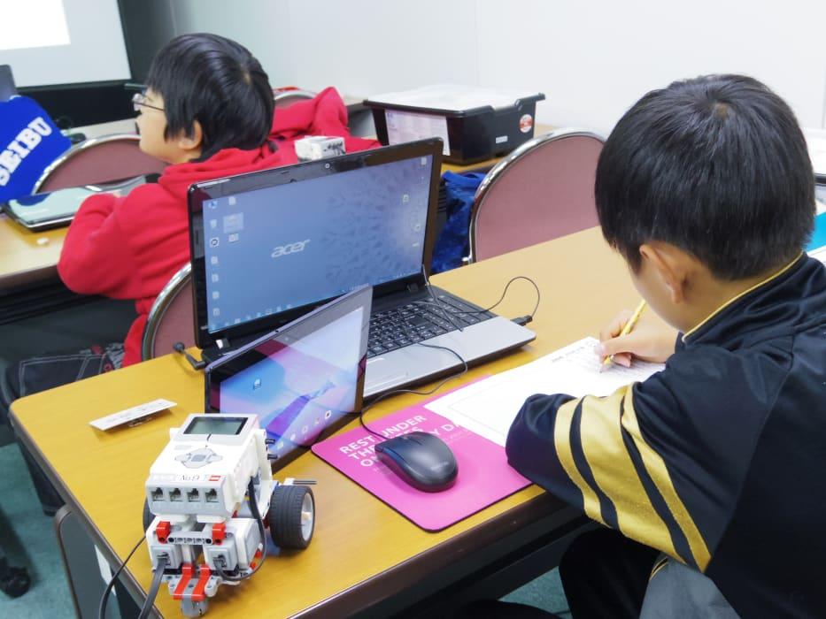 ITロボット塾 授業風景 作文を書く生徒