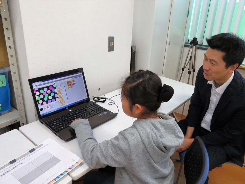 ヒューマンアカデミーアフタースクールの授業風景 Scratchでのゲーム制作を学ぶ生徒と先生